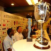 NLD/Amsterdam/20050728 - Persconferentie LG Amsterdam Tournament 2005, Benni McCarthy en Co Adriaanse en beker