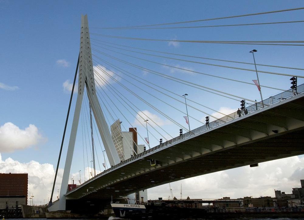 Nederland, Rotterdam, 10 april 2006.Erasmusbrug. Brug over de Maas. Verbindt het centrum met kop van zuid..Brug, stadsbeeld, rivier, architectuur.Foto (c) Michiel Wijnbergh..bridge, city, river, architecture,