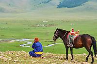 Mongolie, Arkhangai, campement nomade dans la steppe, cavalier mongol avec son cheval // Mongolia, Arkhangai province, yurt nomad camp in the steppe, Mongolian horserider