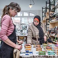 Nederland, Amsterdam, 2 februari 2016.<br /> Mona Ghadir uit de Transvaalbuurt doet boodschappen in de Pretoriastraat om falaffel te maken.<br /> Op de foto: Mona bezoekt het trendy lunch kruidenierswinkeltje Thull's in de Pretoriastraat.<br /> <br /> Reportage of egyptian Mona Ghadir living in Amsterdam. Today she shops for ingredients and prepares typical egyptian dishes. <br /> <br /> Foto: Jean-Pierre Jans