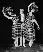 Lubov Tchernyshova, Zygmund Novak and Vera Nemtchinova in 'Astuzie Femminili', 1920