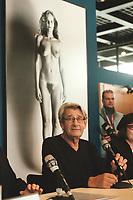 """30 OCT 2000, BERLIN/GERMANY:<br /> Helmut Newton, Fotograf, im Hintergrund ein Werk aus Helmut Newtons """"Big Nudes"""" Serie, Pressekonferenz zur Eroeffung der Ausstellung """"Helmut Newton: WORK"""", Neue Nationalgalerie<br /> IMAGE: 20001030-01/02-27"""