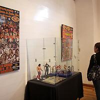 """TOLUCA, México.- La casa de las Diligencia de Toluca presenta la exposición  """"El oficio de Luchar"""" en donde se muestra un poco de la cultura de la Lucha Libre en México y en otras partes del mundo como  Estados Unidos, colección de muñecos, revistas, mascaras y trajes es lo que se puede encontrar en esta muestra. Agencia MVT / Crisanta Espinosa. (DIGITAL)"""