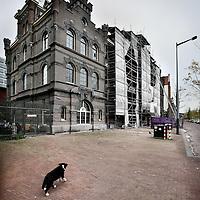 Nederland, Amsterdam , 26 oktober 2010..Brandweerkazerne op de Ruyterkade dat deels gerenoveerd is en deels nog niet..Fire Station to be renovated in Amsterdam.