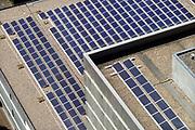 Nederland, The Netherlands, Nijmegen,  28-6-2019  Op het dak van een gebouw, liggen zonnepanelen zonlicht om te zetten naar elektriciteit voor gebruik in het huishouden. Het gebouw is de bibliotheek van de RU, radboud universiteit .FOTO: FLIP FRANSSEN