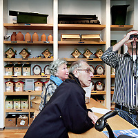 Nederland, Zeist, 30 oktober 2009..Op vrijdag 30 en zaterdag 31 oktober organiseert Vogelbescherming Nederland de Tuinvogeldagen in en om haar pand in Zeist..Tijdens de Tuinvogeldagen wordt er doorlopend informatie gegeven over het voeren van vogels en hoe u uw tuin vogelvriendelijk kunt maken..Verder wordt er doorlopend informatie gegeven over het werk van Vogelbescherming en er zijn lezingen over tuin- en stadsvogels. Op het centrale plein kunt u onder het genot van een kopje koffie de Tv-serie 'Een tuin vol vogels' volgen. Voor kinderen liggen er grappige vogelplaten om in te kleuren en kunnen ze proberen om als een vogel met een pincet smarties uit een voedersilo te pakken..Op de foto: Bezoekers tijdens de tuinvogeldagen in ht magazijn..Netherlands Bird Protection organizes the Garden Bird Days and gives information to people ito attract more birds into their gardens.