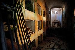 Vecchio cimitero di Surano, sulla statale 275, in assoluto stato di abbandono da decenni, assieme alla preziosissima chiesa seicentesca annessa.
