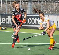 AMSTELVEEN - Charlotte Adegeest (Adam) met Pleun van der Plas (DenBosch)  tijdens  de hoofdklasse hockey competitiewedstrijd dames, Amsterdam-Den Bosch (0-1)  COPYRIGHT KOEN SUYK