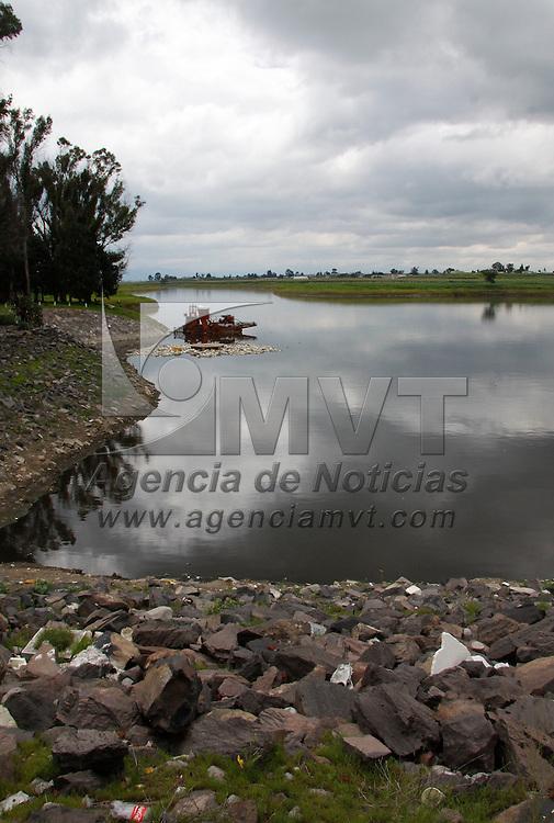 Toluca, México.- Los trabajos de limpieza de la presa José Antonio Alzate  casi llegan a su termino y después de observarse grandes cantidades de PET, basura y otros desechos ya luce  limpia en su mayoria. Agencia MVT / Crisanta Espinosa