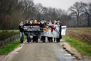 Nederland, Horst, 18-1-2008..Dierenactivisten houden een demonstratie bij het fokbedrijf Harlan, wat dieren levert voor dierproeven...Foto: Flip Franssen editie: Binnenland