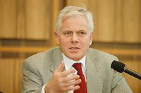 02 FEB 1998, BONN/GERMANY:<br /> Gerhard Glogowski, SPD, Innenminister Niedersachsen, Bundespressekonferenz<br /> IMAGE: 19980202-03/01-27