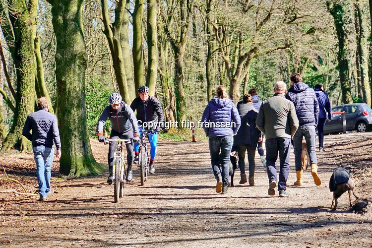 Nederland, Ubbergen, 22-3-2020Lentedag in het bos tussen Berg en Dal en Ubbergen. Ondanks de oproep thuis te blijven vanwege het verspreidingsgevaar van het coronavirus zijn veel manen aan de wandel. FOTO: FLIP FRANSSEN