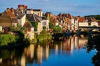 France, Indre (36), Argenton-sur-Creuse, maisons en bord de Creuse et le Vieux Pont // France, Indre (36), Argenton-sur-Creuse, old houses on the river bank Creuse