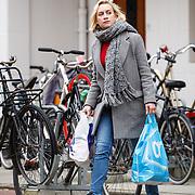 NLD/Amsterdam/20160218 - Eva Jinek in Amsterdam met boodschappentassen