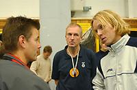Vegard Høidalen krangler med dommeransvarlig David Cox og kampens hoveddommer Helge Strømsheim etter at han fikk rødt kort for munnbruk.<br /> <br /> Volleyball: Oslo Volley - Kristiansund 2-3. KFUM-hallen. 31. oktober 2004. (Foto: Peter Tubaas/Digitalsport).