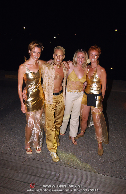 Premiere Goldmember Amsterdam, bezoekers gekleed in het goud
