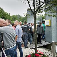 Nederland, Amsterdam Zuid Oost, 8 juni 2011. ,.Brandweerlieden lopen massaal bij Planatarim naar binnen om de geplande bezuinigingsmaatregelingen van Burgemeester van der Laan aan te horen..Foto:Jean-Pierre Jans