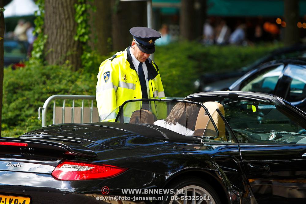 NLD/Laren/20100612 - Johan Koppenol ontloopt een bekeuring bij een gordolcontrole van de politie Gooi & Vechtstreek