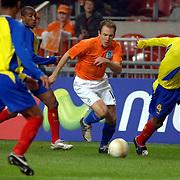 NLD/Amsterdam/20060301 - Voetbal, oefenwedstrijd Nederland - Ecuador, Arjen Robben in duel met oa Ulsises de la Cruz