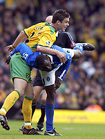 Fotball<br /> England 2004/2005<br /> Foto: SBI/Digitalsport<br /> NORWAY ONLY<br /> <br /> Norwich City v Birmingham City<br /> FA Barclays Premiership<br /> 07/05/2005<br /> <br /> Norwich's Jason Shackell gets to grips with Birmingham's Emile Heskey