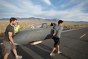 De Bluenose wordt naar de start gedragen op de vijfde racedag van de WHPSC. In de buurt van Battle Mountain, Nevada, strijden van 10 tot en met 15 september 2012 verschillende teams om het wereldrecord fietsen tijdens de World Human Powered Speed Challenge. Het huidige record is 133 km/h.<br /> <br /> The Bluenose is carried to the track on the fifth day of the WHPSC. Near Battle Mountain, Nevada, several teams are trying to set a new world record cycling at the World Human Powered Vehicle Speed Challenge from Sept. 10th till Sept. 15th. The current record is 133 km/h.