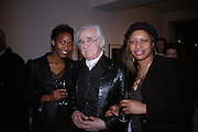 Katasi Kironde, Bryan Wharton and Tillie Walker. Andy Summers photography exhibition. Beaux Arts Gallery. Cork St. 5 April 2005.  ONE TIME USE ONLY - DO NOT ARCHIVE  © Copyright Photograph by Dafydd Jones 66 Stockwell Park Rd. London SW9 0DA Tel 020 7733 0108 www.dafjones.com
