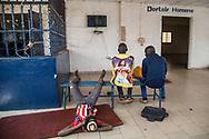 23012018. Niger. Niamey. Gare de bus Rimbo international où les migrants en provenance de l'Afrique de l'ouest passent pour remonter vers Agadez et la libye ou l'Algérie. C'est également une gare de marchandise.