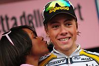Boasson Hagen Edvald vince a Chiavenna. Nella foto mentre riceve il bacio della Miss<br /> 7^ tappa - Innsbruck - Chiavenna<br /> Chiavenna, 15.05.2009<br /> Foto Insidefoto