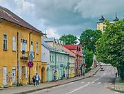 Ulica Piłsudskiego w Sejnach, w tle Bazylika Nawiedzenia Najświętszej Maryi Panny, Polska<br /> Piłsudski Street in Sejny, Basilica of the Visitation of the Blessed Virgin Mary in the background, Poland