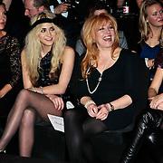 NLD/Amsterdam/20100210 - Uitreiking Jackie's Best Dressed Award 2010, Sylvia Noort, Christina Curry met een ladder in haar panty en tante Yvonne Keeley