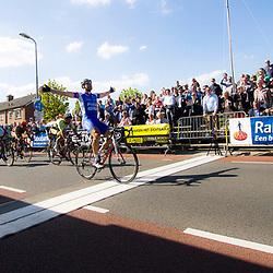2-05-2015: Wielrennen: Ronde van Overijssel mannen: Rijssen  <br />RIJSSEN (NED) wielrennen:  De 63e ronde van Overijssel heeft als zwaarte punt de heuveltjes rond Ootmarsum en de Sallandse heuvelrug. Net als in de ronde van Vlaanderen kent men in Overijssel het dorp van de ronde. In 2015 is de eer aan Markelo.<br />Jeff Vermeulen wint Overijssels mooiste