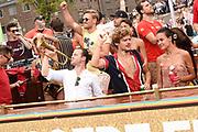 De jaarlijkse Canal Parade is onderdeel van de Amsterdam Gay Pride. Tijdens dit evenement vieren lesbiennes, homos, biseksuelen en transgenders (LHBT) dat ze mogen zijn wie ze zijn en mogen houden van wie ze willen. <br /> <br /> The annual Canal Parade is part of the Amsterdam Gay Pride. During this event lesbians, homosexuals, bisexuals and transgenders (LGBT) celebrate that they can be who they are and are allowed to love who they want.<br /> <br /> Op de foto / On the photo: Soy Kroon en partner Holly Mae Brood met Guido Spek