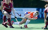 BLOEMENDAAL - hockey- Anique Trip (l) van KZ probeert Eline Florie het scoren te beletten. tijdens de overgansklasse wedstrijd tussen de vrouwen van Bloemendaal en Klein Zwitserland (4-1). COPYRIGHT KOEN SUYK