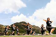 Belo Horizonte_MG, Brasil..Alunos da Escola Municipal Mestre Ataide dancando street dance no Parque das Mangabeiras, no fundo a Serra do Curral...Students of the Mestre Ataide  Municipal School dancing street dance in the Mangabeiras Park, Serra do Curral in the background...FOTO: LEO DRUMOND / NITRO