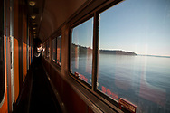 Tåget går precis bredvid en sjö i Washinton State och en kvinna fotograferar med sin mobil.<br /> <br /> Foto: Christina Sjögren