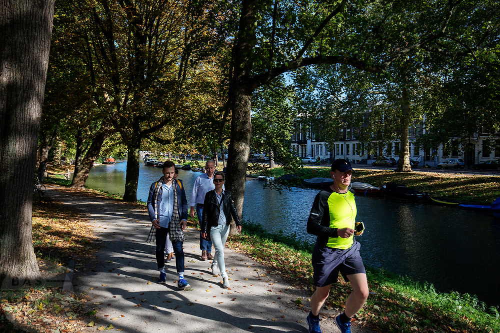Wandelaars genieten in Utrecht van het mooie herfstweer.<br /> <br /> People enjoy the nice autumn weather in Utrecht.