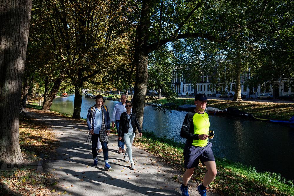 Wandelaars genieten in Utrecht van het mooie herfstweer.<br /> <br /> People enjoy the nice autumn weather in Utrecht.