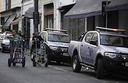 September 11, 2017 - Comerciantes caminham em frente ao Shopping 25 de Março, na tarde desta segunda-feira (11). Operação de combate ao comércio ilegal de mercadorias foi realizada no local. (Credit Image: © Bruno Rocha/Fotoarena via ZUMA Press)
