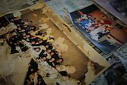 Onagawa - Photographies - Undôjô sôgô taikukan - Juin 2011<br /> Au rez-de-chaussée du centre,  Emiko HAYAKI restaure des photographies. Elle travaille pour la mairie et nettoie une partie des nombreux stocks encore disponibles dans les locaux du stade. Les photographies sont ensuite affichées sur les murs des trois niveaux du centre. Des scènes de mariages se juxtaposent à celles d'exploits sportifs, de voyages, de premiers pas ou de repas de famille. Toutes les vies semblent se mélanger dans une esthétique commune dimages altérées. Certaines sont jaunies par le temps, d'autres partiellement effacées, ou ondulées. Toutes ont pour point commun de patienter le retour de leurs propriétaires sans toutefois être sûr qu'il ne viendra jamais.