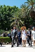 Staatsbezoek van Koning en Koningin aan de Republiek Italie - dag 2 - Palermo /// State visit of King and Queen to the Republic of Italy - Day 2 - Palermo<br /> <br /> Op de foto / On the photo: <br />  Koning Willem-Alexander en koningin Maxima lopen van het parlementsgebouw door het palmenpark naar de Questura<br /> <br /> King Willem-Alexander and Queen Maxima walk from the parliament building through the palmen park to the Questura