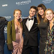 NLD/Amsterdam/20191028 - Koninklijk bezoek Premiere Galapagos, Liesbeth Kamerling en partner Frans Palplatz en Isa Hoes met dochter Vlinder en zoon Merlijn