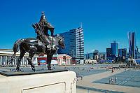 Mongolie, Oulan Bator, Place Sukhbaatar, statue de cavalier mongol devant le parlement // Mongolia, Ulan Bator, Sukhbaatar square, Mongol soldier statue in front of parliament