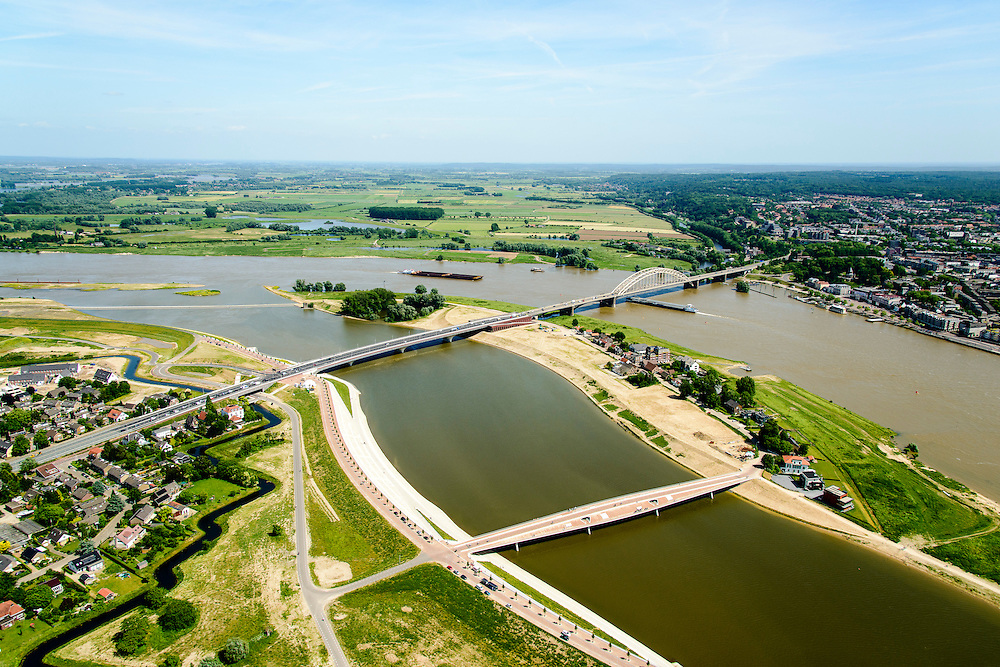 Nederland, Gelderland, Nijmegen, 09-06-2016; stadseiland Veur-Lent gezien naar de verlengde Waalbrug. Onder in beeld de nieuwe brug, De Promenadebrug (De Lentloper) naar het eiland Veur Lent. De landtong is ontstaan  door de dijkverlegging bij Lent en het aanleggen van de nevengeul. Project Ruimte voor de River (Ruimte voor de Waal). <br /> The finished dike relocation of Lent with the resulting flood trench and the city-island. City of Nijmegen in the foreground. Project Ruimte voor de Rivier: Room for the River.<br /> luchtfoto (toeslag op standard tarieven);<br /> aerial photo (additional fee required);<br /> copyright foto/photo Siebe Swart