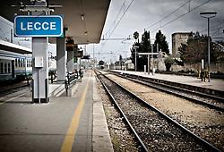 I binari 5, 6 e 7 della stazione ferroviaria di Lecce. Dagli ultimi due binari partono i treni delle Ferrovie Sud-Est. 25/03/2010 (PH Gabriele Spedicato)..Le Ferrovie del Sud Est (FSE) sono la più estesa rete ferroviaria privata della Puglia che collega le grandi città del territorio regionale ai comuni dell'area sud-est non interessati dalle principali linee di comunicazione ferroviaria delle Ferrovie dello Stato (Bari-Brindisi-Lecce, Bari-Taranto).