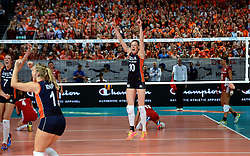 27-09-2015 NED: Volleyball European Championship Nederland - Polen, Apeldoorn<br /> Nederland verslaat Polen met 3-1 / Omnisport Apeldoorn kleurt Oranje Lonneke Sloetjes #10