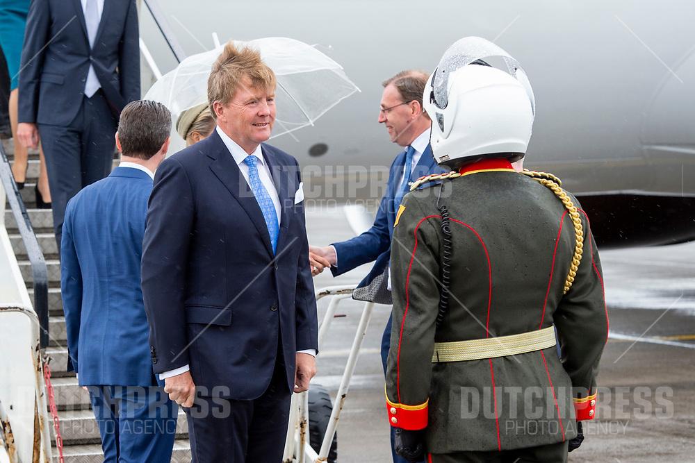 Koning Willem-Alexander tijdens de aankomst op Dublin Airport in Ierland, als de start van het 3-daags staatsbezoek van het Nederlandse Koningspaar aan Ierland.
