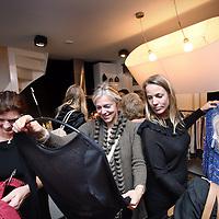 Nederland, Amsterdam , 29 november 2013.<br /> fashion-party (mode verkopen bij mensen thuis) in dit geval bij S. Bommeljé, 1e Goudsbloemdwarsstraat 1c.<br /> Foto:Jean-Pierre Jans