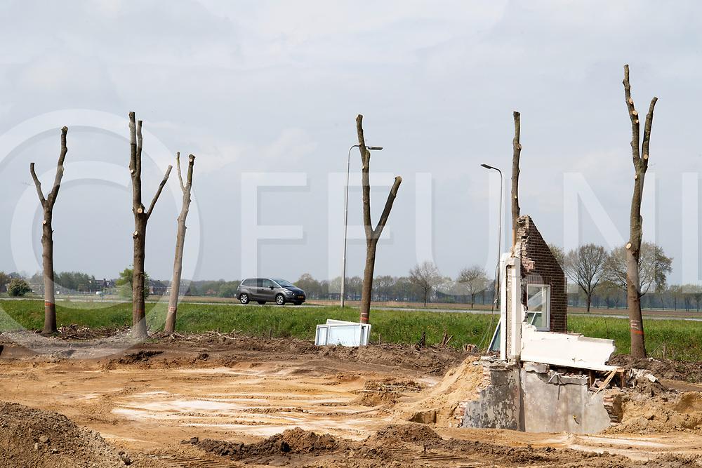 HARDENBERG - Woning sloop.<br /> Foto: Restanten van een woning en gestripte bomen  op de hoek  J.C. Kellerlaan/ N34<br /> FFU PRESS AGENCY COPYRIGHT FRANK UIJLENBROEK