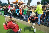 AMSTERDAM - Hockey - Jeugdige fans in afwachting van handtekeningen.    Interland tussen de vrouwen van Nederland en Groot-Brittannië, in de Rabo Super Serie 2016 .  COPYRIGHT KOEN SUYK
