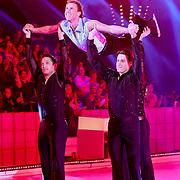 NLD/Hilversum/20110326 - 9de Liveshow Sterren Dansen op het IJs, Michael Boogerd wordt gerdragen in de lucht door dansers van Holiday on Ice